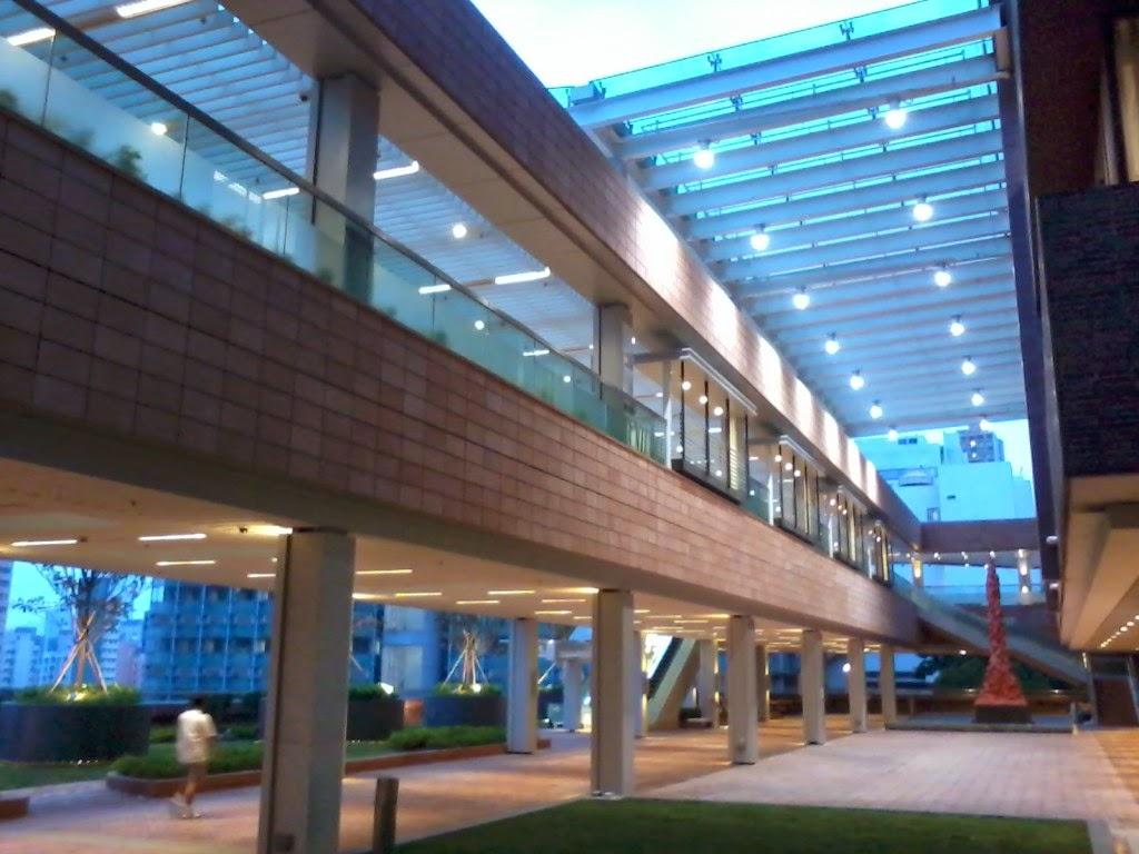 HKU_campus_Haking_Wong_Building_indoor_footbridge_evening_Nov-2012