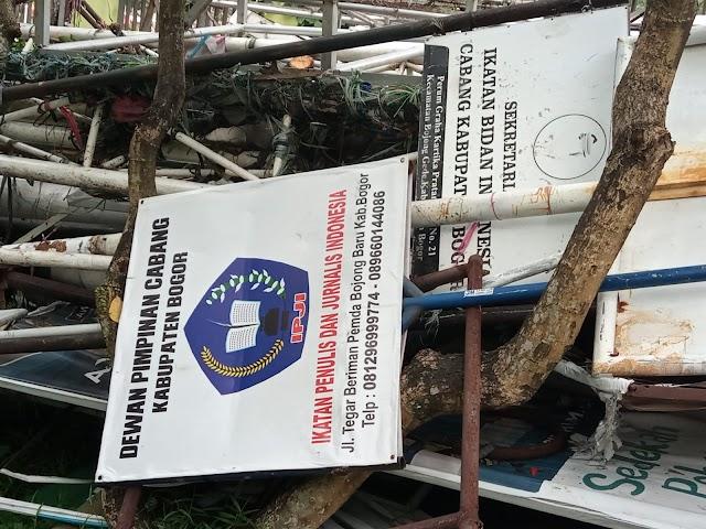 Oknum DPKPP tidak berseragam Rusak dan Cabut Papan Nama DPC IPJI Kab Bogor