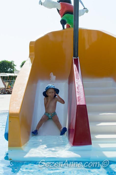 Xanadu Islan Hotel'in çocuk havuzundaki korsan gemisi