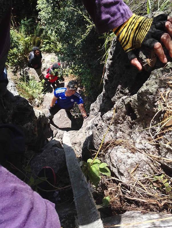 hiking di bukit batu condong