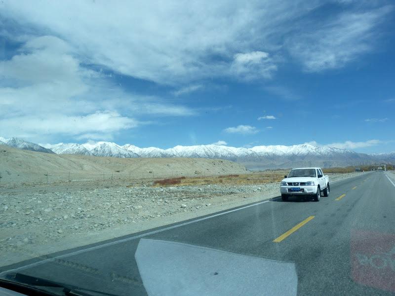 XINJIANG. Karakoram Highway, lune des plus haute route au monde, en passant a 4400 m - P1280538.JPG