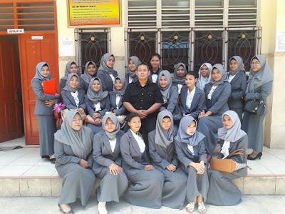 Berpose Bersama Siswa Jurusan Administrasi Perkantoran