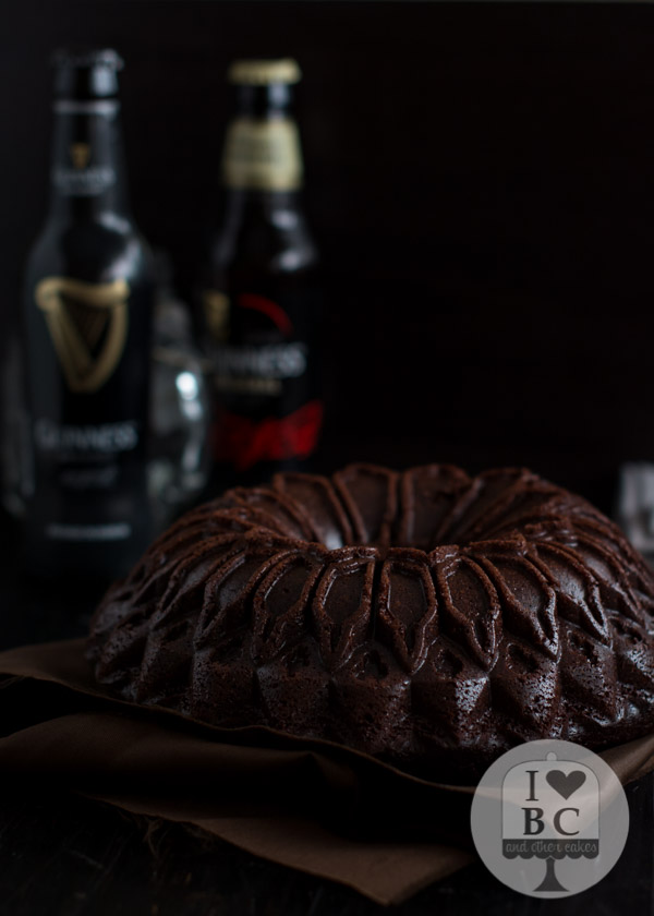 Guinness Bundt Cake con glaseado de azucar moreno