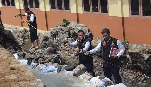 Polresta Sukabumi dalami kasus jebolnya Tanggul yang menyebabkan terendamnya bangunan SMK AMS Sukabumi / Foto : Istimewa