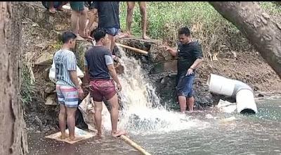 Warga Dibantu LSM Sniper Tutup Saluran Pembuangan Limbah di Sungai Cilemah Abang