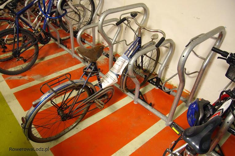Informacja na rowerze o zbyt długim blokowaniu miejsca. W konsekwencji rower zostanie zabrany.