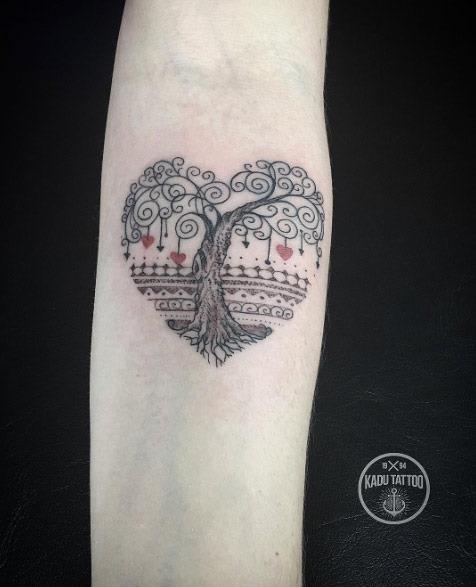 Este coração em forma de árvore da tatuagem