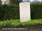 Guardsman M.B. Albon, Irish Guards, 2 april 1945, Leeftijd 18, Oosterbegraafplaats Enschede.