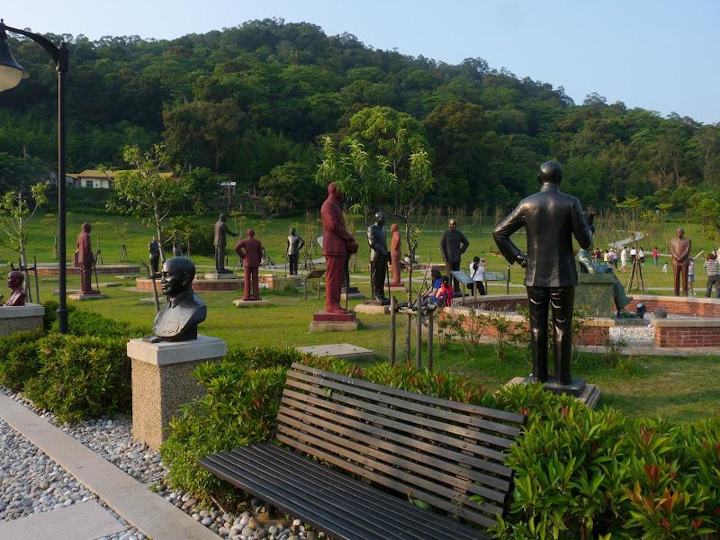 Cimetière des statues de CKS  déboulonnées d' un peu partout