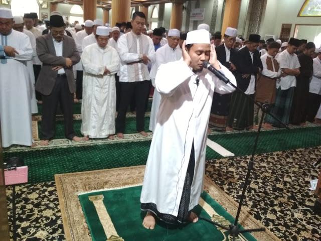 Pj Walikota Bekasi dan Warga Ikuti Shalat Idul Adha di Masjid Al Barkah