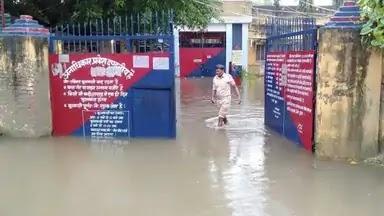 सीतामढ़ी मंडल कारा में घुसा पानी, शिवहर-मोतिहारी सड़क पर फिर चढ़ा पानी व एनएच 104 में डायवर्सन बाधित