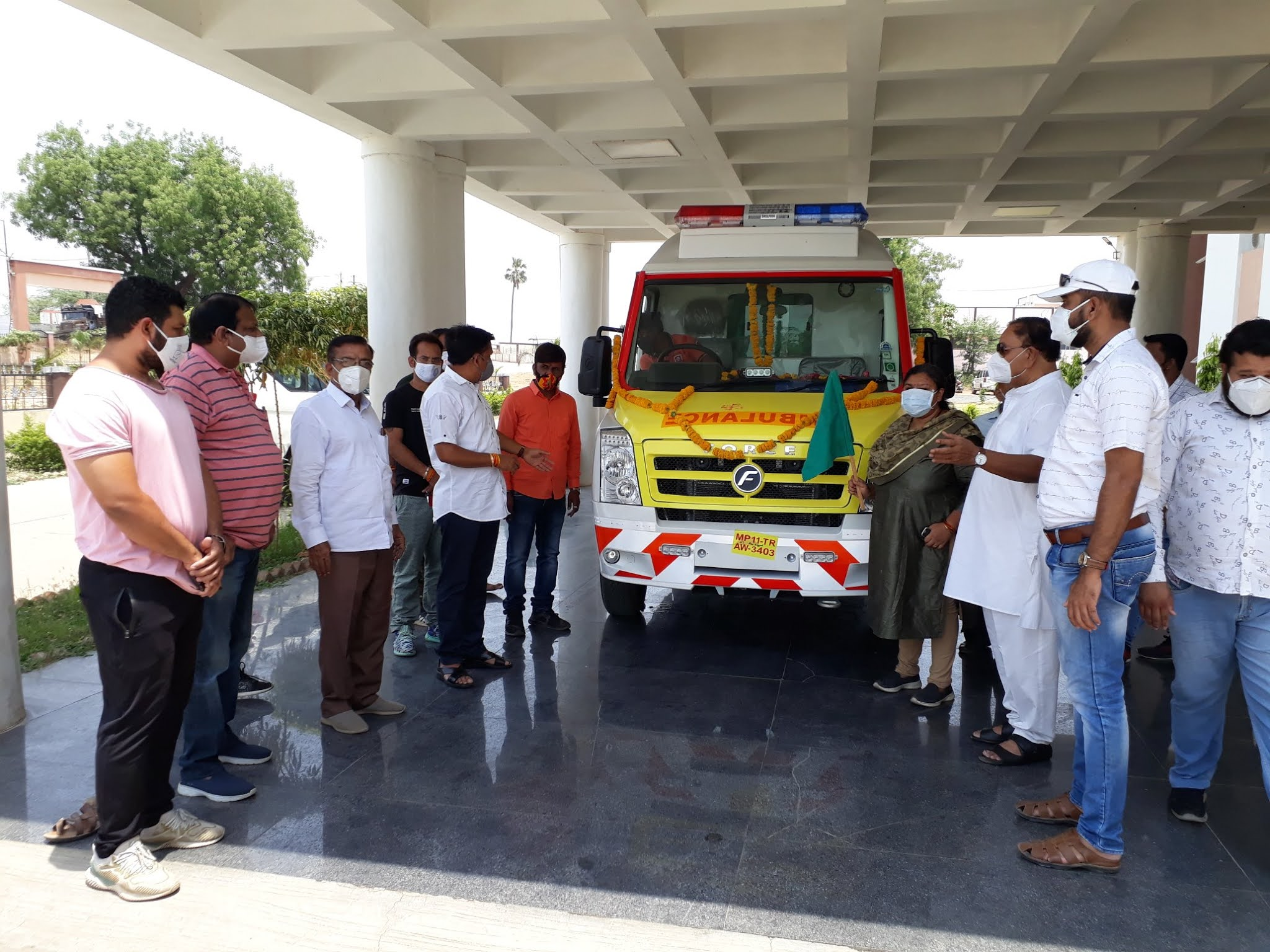 Alirajpur News- समाजसेवी दीपक चौहान ने सर्वसुविधायुक्त एम्बुलेन्स जोबट शासकीय अस्पताल को प्रदान की