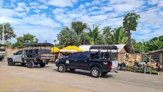 Veículos 4x4 esperando para subir na balsa em Barreirinhas.