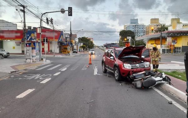 Colisão entre moto e carro deixa dois feridos em Aracaju