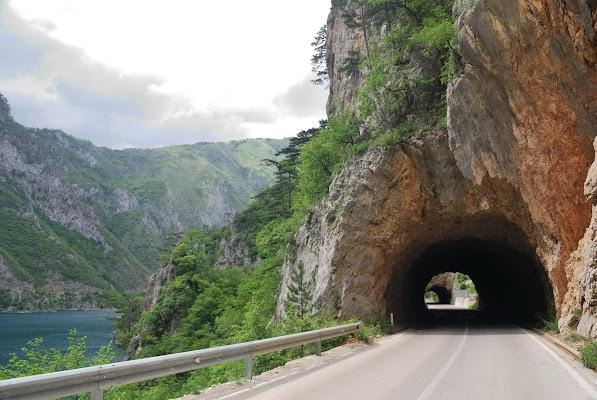 Zwei Tunnel am Piva See