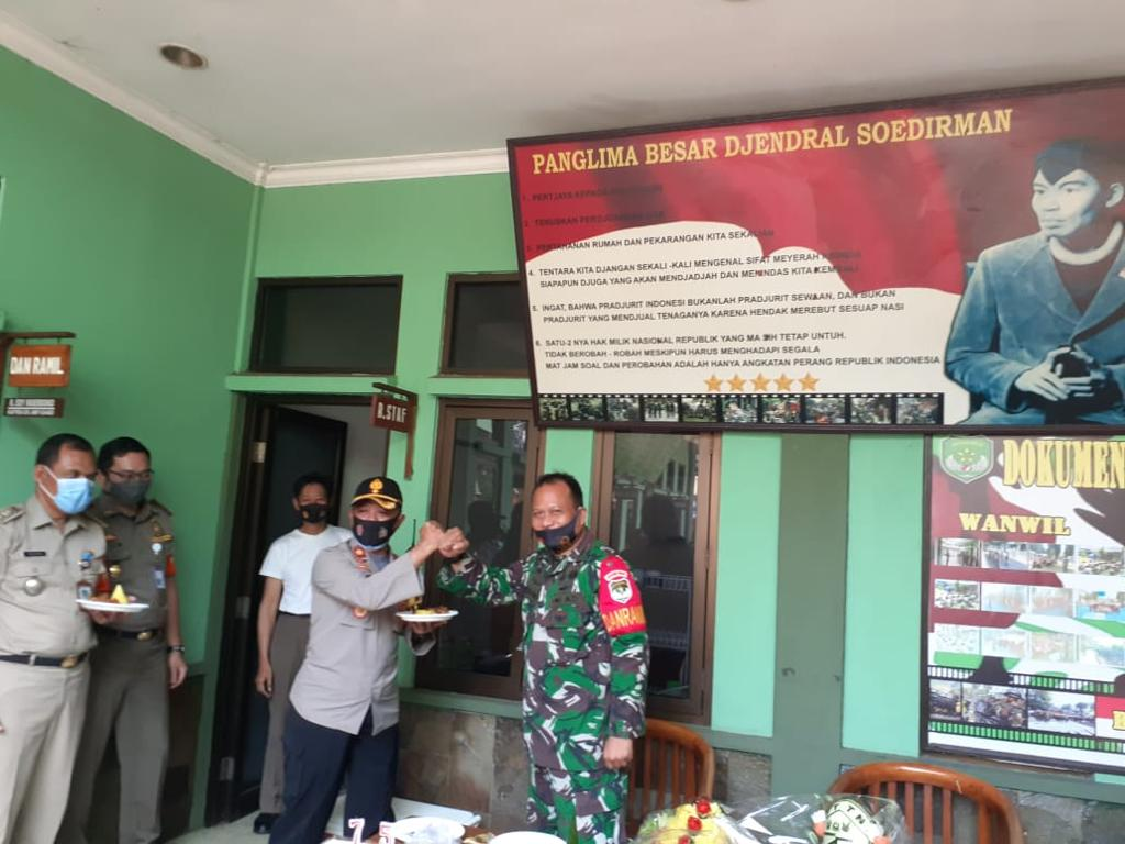 Hut TNI Ke 75, Polsek Kebon Jeruk Berikan Surprise Koramil 05