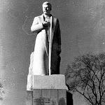 stalin_002_Монумент Сталина на сельскохозяйственной выставке во Львове 22 марта 1953р., памятник расположен справа от главной аллеи парка (слева постро.jpg