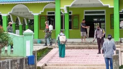 Koramil 1204-05 Sekadau Hilir Lakukan Penyemprotan Disinfektan di Desa Mungguk