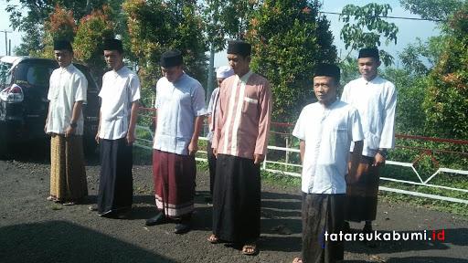 Aparatur Desa Cipeuteuy Pakai Sarung dan Baju Koko di Hari Santri Nasional