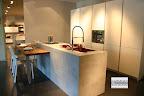 cucina con isola modello Monoliti prodotta da Mesons, con snack ribassato uso tavolo, visibile nella nostra esposizione di Zogno Bergamo.jpg