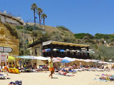 En bar som ligger over en strand.