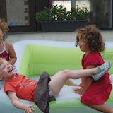 Het zwembadje als springkasteel gebruiken is leeeuuk! :)