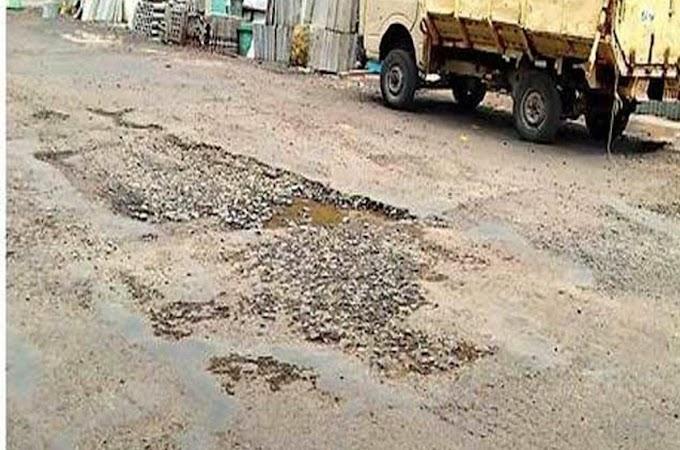 पैठण औरंगाबाद रोडवरती खड्डेमय रस्ता ठरु शकतो मृत्यूचा सापळा ,  किती आपघाताची वाट बघत आहे सार्वजनिक बांधकाम विभाग.