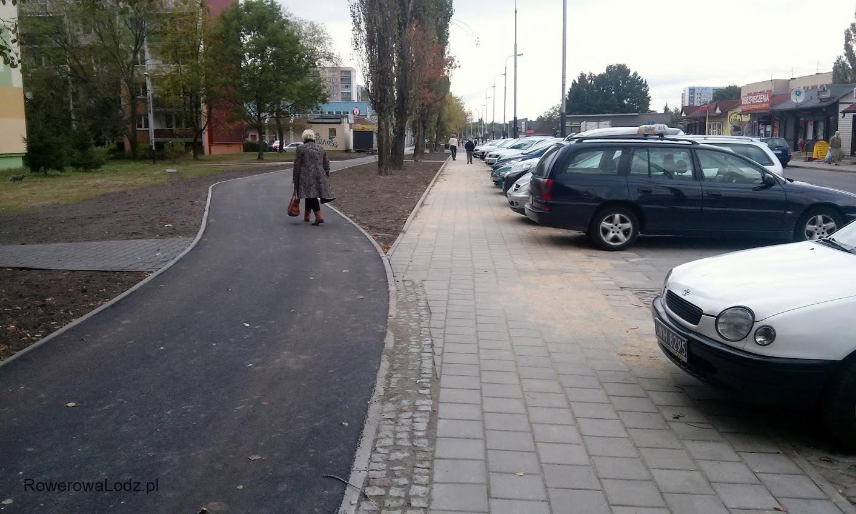 Chodnik bliżej parkingu. DDR omija szpaler drzew