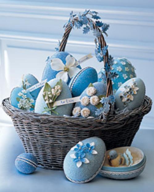 Huevos de pascua con brillantina, flores y encaje