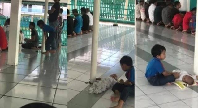 Abangnya Menjaga Adik Ketika Ayah Solat, Kemudian Solat Selepas Ayahnya Siap