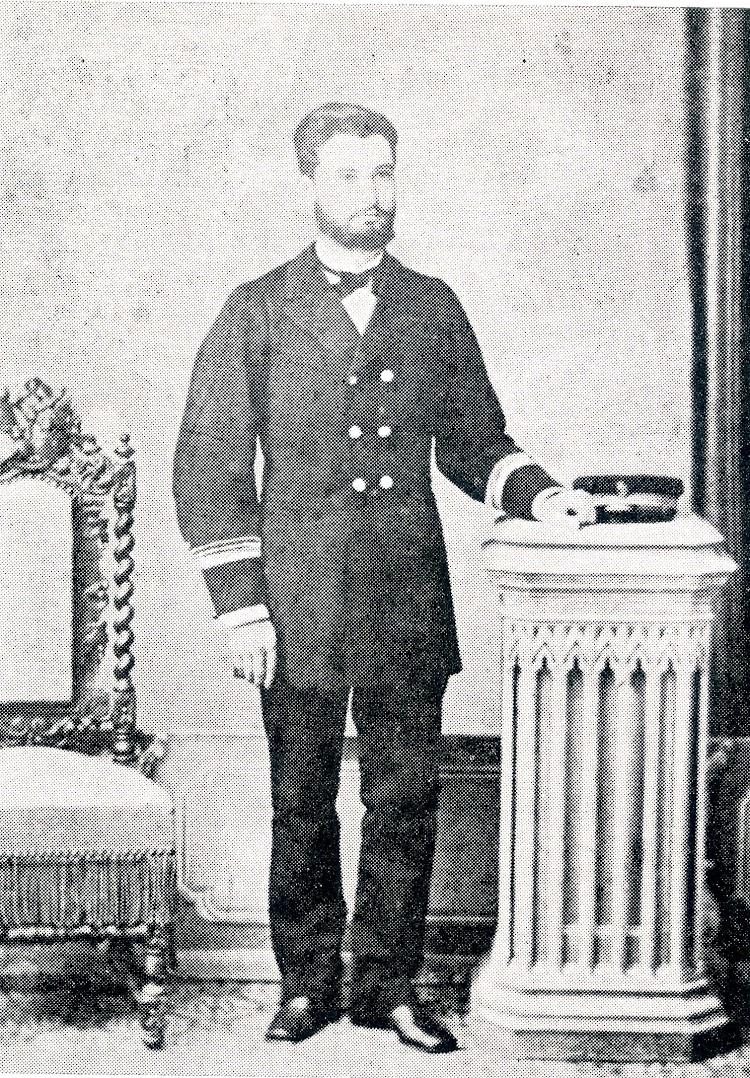 Baldomero Iglesias con uniforme de primer oficial. Del libro Capitanes de Cantabria.jpg