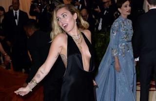 Miley Cyrus contará com Elton John em álbum de covers do Metallica