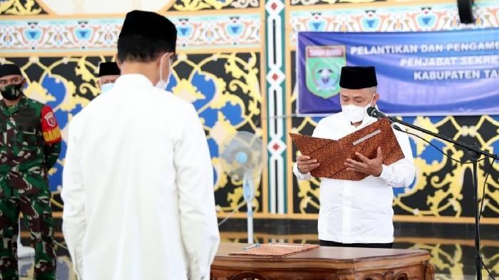 Bupati Sudian Noor lantik Sekda Ambo Sakka di Masjid Nurussalam, Jumat (8/1) | Foto: Diskominfo Tanah Bumbu