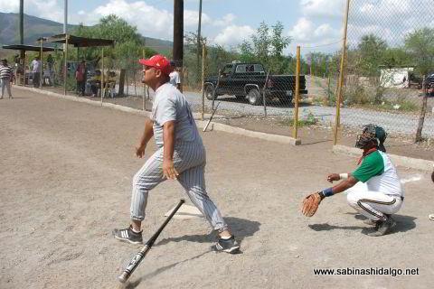 Lázaro Isaac Sánchez bateando por Águilas en el softbol del Club Sertoma