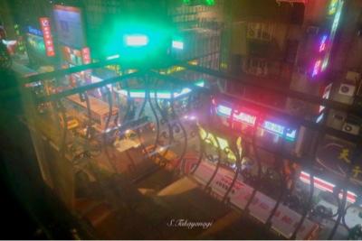 ホテルの窓から見える夜の街明かり