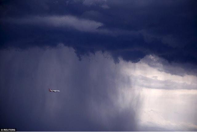 pesawat terbang di tengah badai cuaca buruk