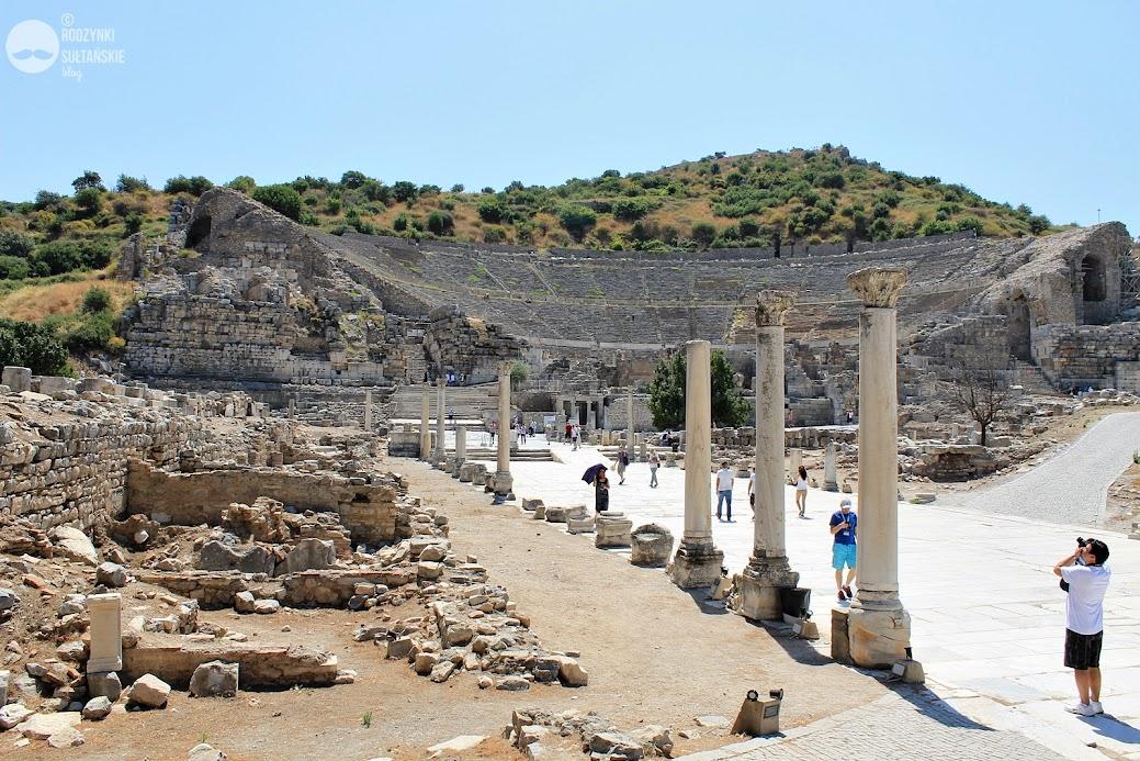 Efez - ruiny amfiteatru i droga do portu. Efez - antyczne miasto / ⓒ Rodzynki Sułtańskie blog