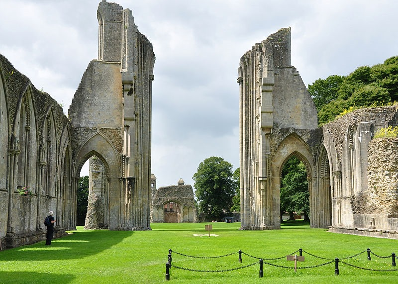 800px-glastonbury_abbey_ruins_6