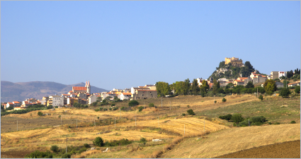 Sizilien - Blick auf den landwirtschaftlich geprägten Ort Sciara