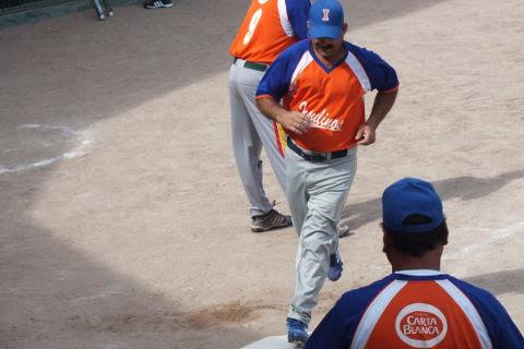 JOsé Omar Flores de Insulinos en el softbol dominical de Bellavista