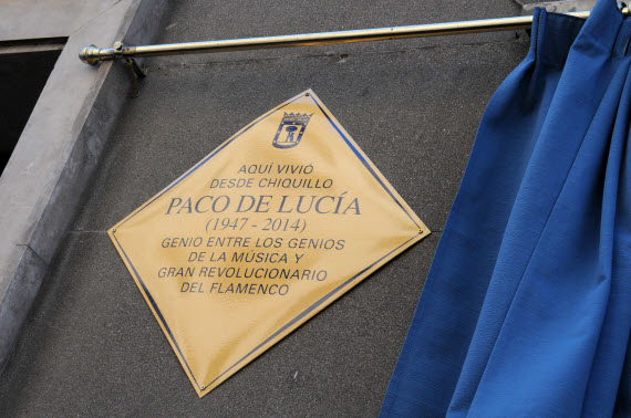 Placa Homenaje a Paco de Lucía en la calle de la Ilustración