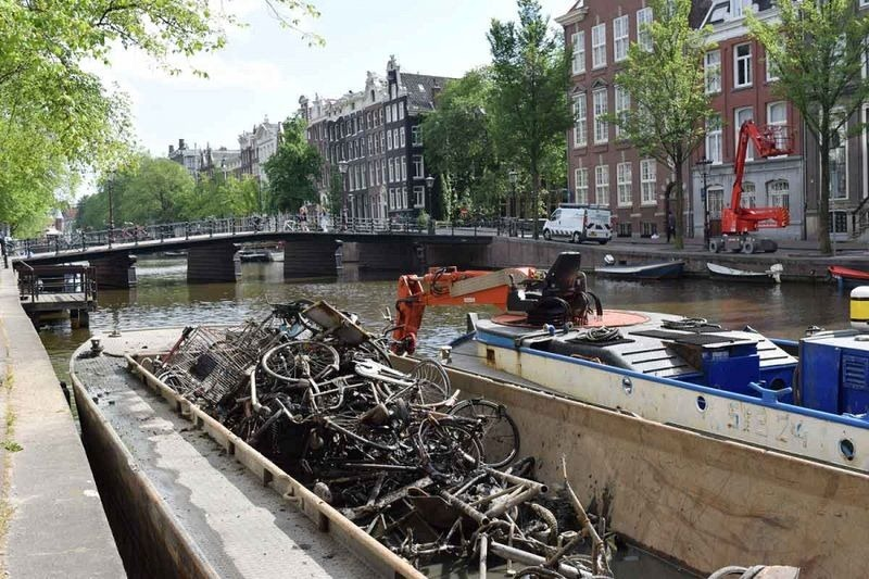 bicycle-fishing-amsterdam-canals-4