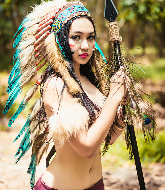 Ảnh tạo trang phục thổ dân của cô gái