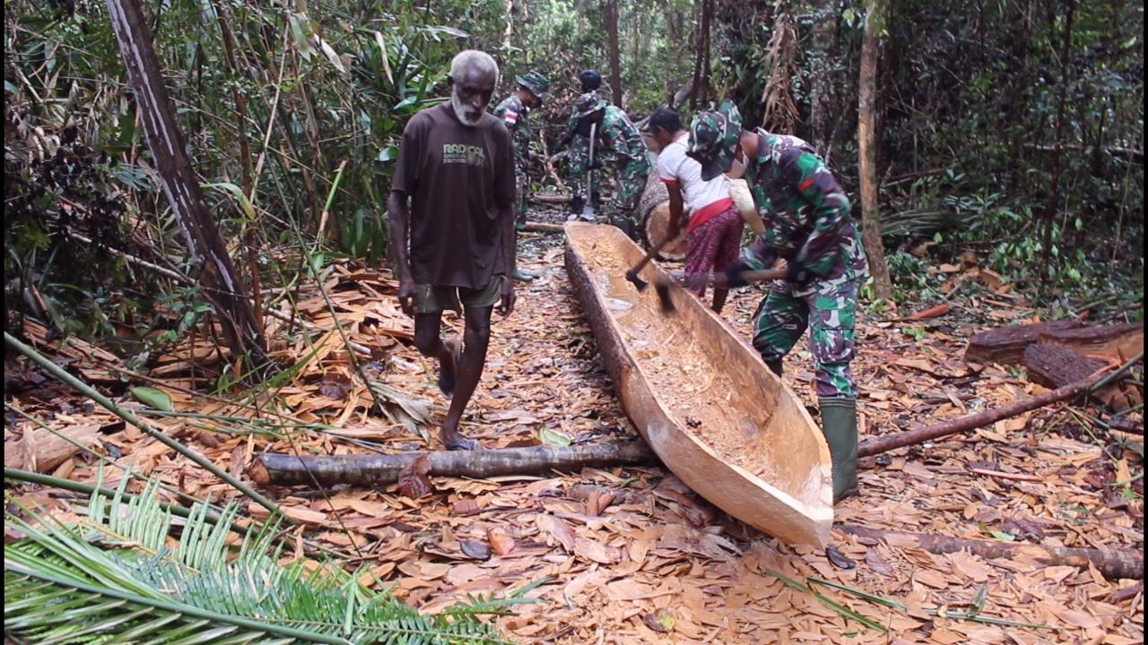 Satgas Pamtas RI-PNG Yonif 611/Awang Long Buat Perahu Tradisional Untuk Warga