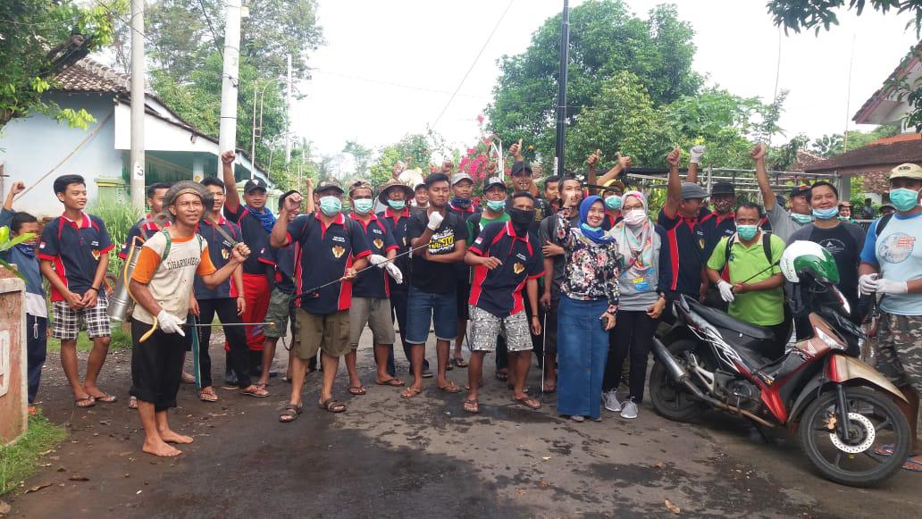 Cegah Virus Corona, Relawan Blok Salakan Dusun Semboro Lor Lakukan Penyemprotan ke Rumah Warga