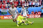 Szalai Ádám (b), miután gólt szerzett, mellette Dzsudzsák Balázs (j) és Robert Almer osztrák kapus (b2) a franciaországi labdarúgó Európa-bajnokság Ausztria - Magyarország mérkőzésen, Bordeaux, 2016. június 14-én. (MTI Fotó: Illyés Tibor)