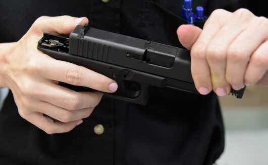 Dos estudiantes resultan heridas tras dispararse arma policía escolar