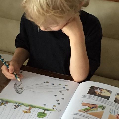 Kind erledigt Hausaufgaben