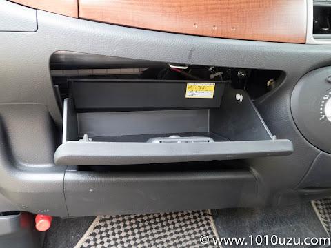 助手席のグローブボックスを開ける