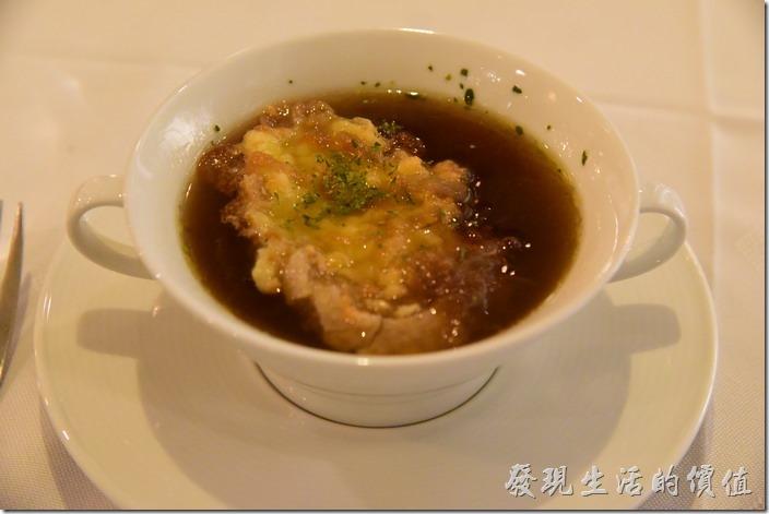 台南-轉角餐廳龍蝦餐廳。法式起士洋蔥湯。工作熊推薦這道湯品,這湯頭喝起來很濃郁,把洋蔥的甜味都提煉出來了,但完全沒有洋蔥的刺鼻味,上面還放了一塊吃起來有點像油條的法式起士。